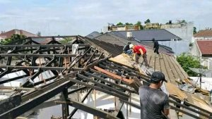 jasa bongkar atap rumah kontruksi kayu 2020
